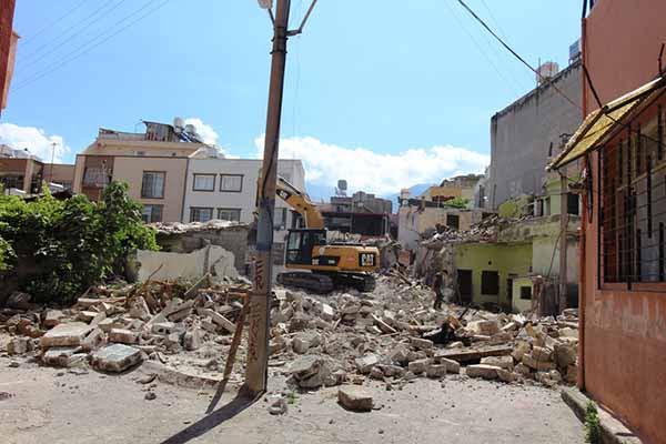 Tehlike Saçan Metruk Yapıların Yıkımı Sürüyor