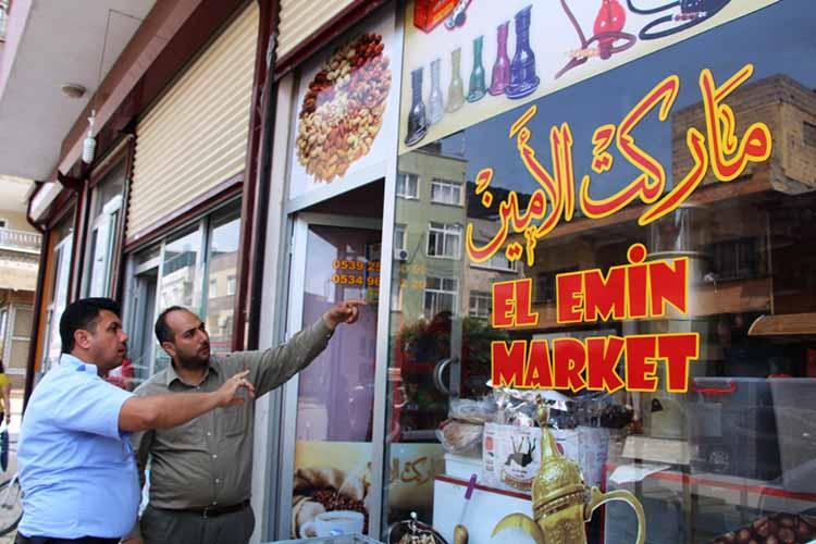 İskenderun Belediyesi Suriyeli sığınmacıların açtığı iş yerlerindeki Arapça Yazı ve Tabelaları Kaldırıyor