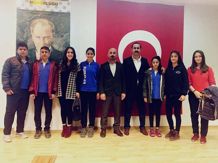 Alpaslan Ortaokulu öğrencisi Altay, İstiklal Marşın okuma yarışmasında birinci oldu