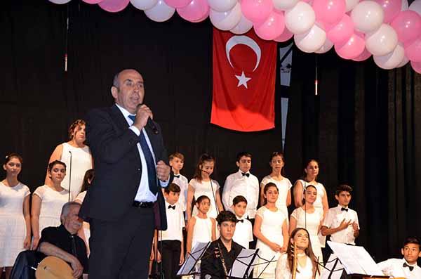 Nuri Üysen Ortaokulu Türk Halk Müziği Korosundan 'Türkülerimiz Mehmetçiğimize' konserine yoğun ilgi