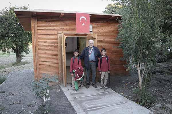 Dünyayı gezen 92 yaşındaki Mehmet Fatin Baki, Amerika'dan (Işık Noktası) madalyası kazandı