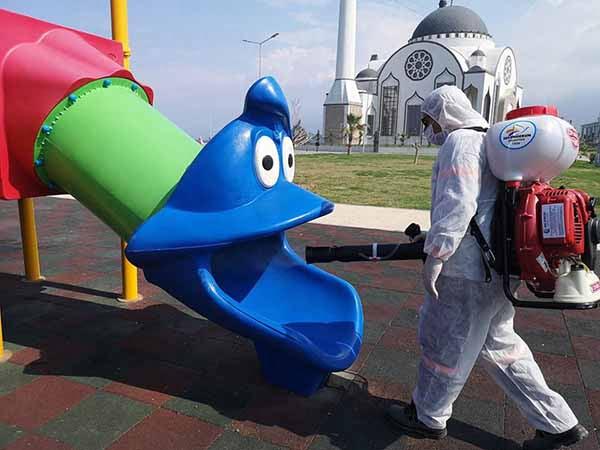 İskenderun Belediyesi Çocuk Oyun Parklarını Dezenfekte Ediyor