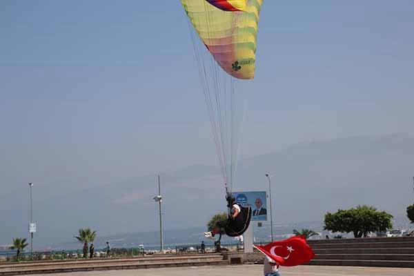İskenderun'da 30 Ağustos Zafer Bayramı  Yamaç Paraşütü Gösteri Uçuşu Düzenledi