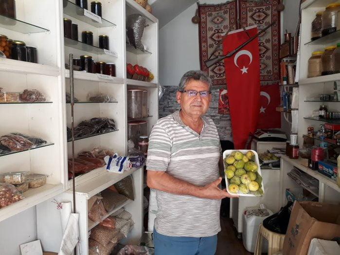Köy Bahçesi Şair Yazar Türkeri'den Halka İncir İkramı
