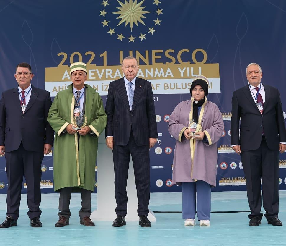 Türkiye Ahisi seçilen Hataylı Behzat Böke'ye Ahi kaftanını Cumhurbaşkanı Recep Tayyip Erdoğan giydirdi